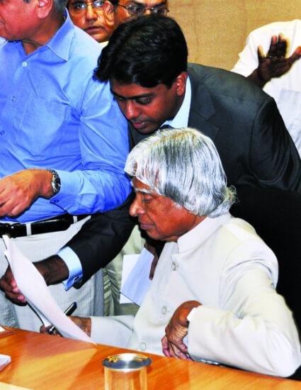 Sunil Richardson Explaining to Abdul Kalam